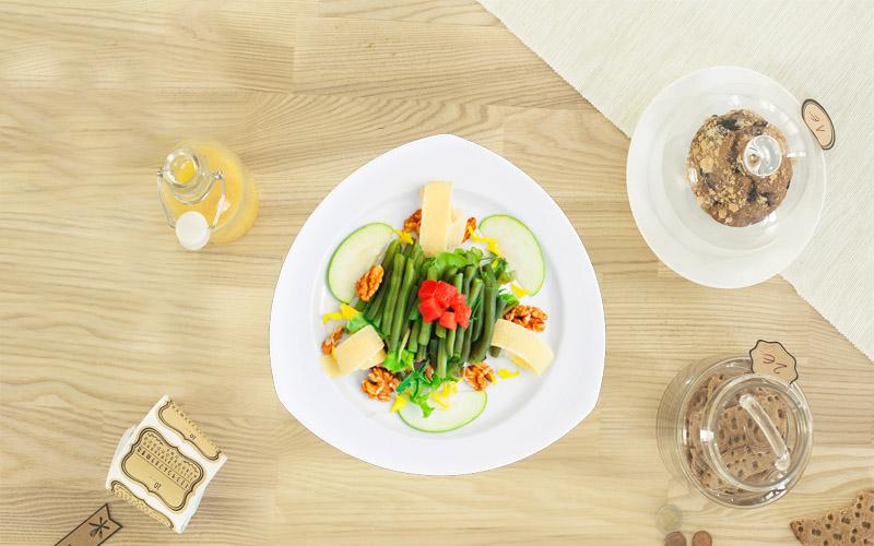 Ensalada de judías verdes con vinagre de manzana, nueces y parmesano