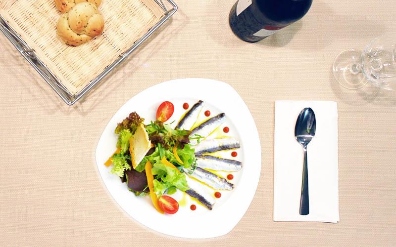 Ensalada de sardinas marinadas al vinagre de vino Moscatel