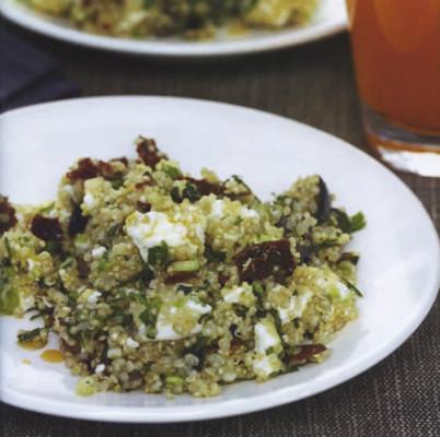 Salade de quinoa aux tomates séchées, olives noires et fromage feta